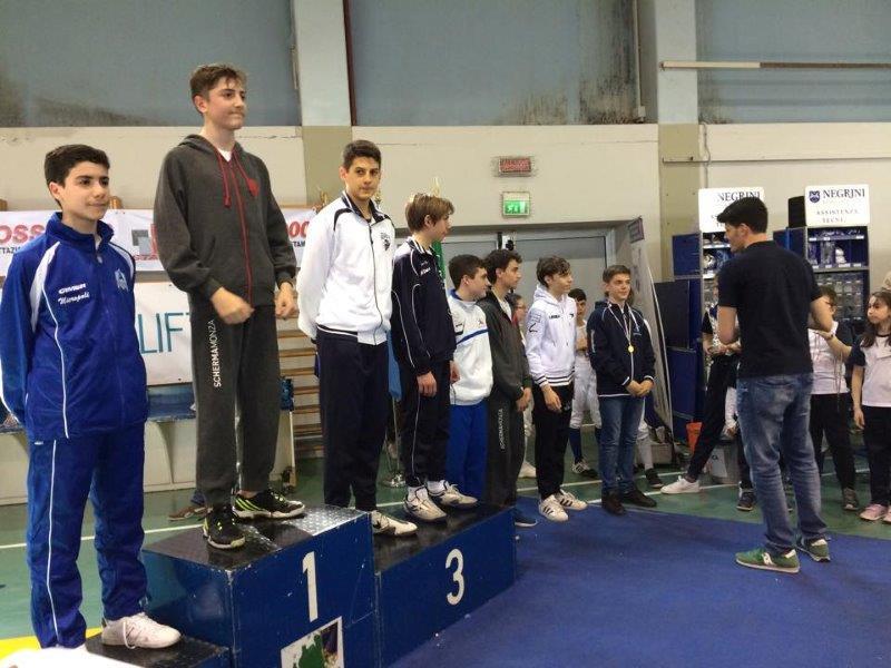 Il campione olimpico a squadre di Atene 2004 e Londra 2012 Andrea Cassarà premia gli atleti finalisti della gara di fioretto.