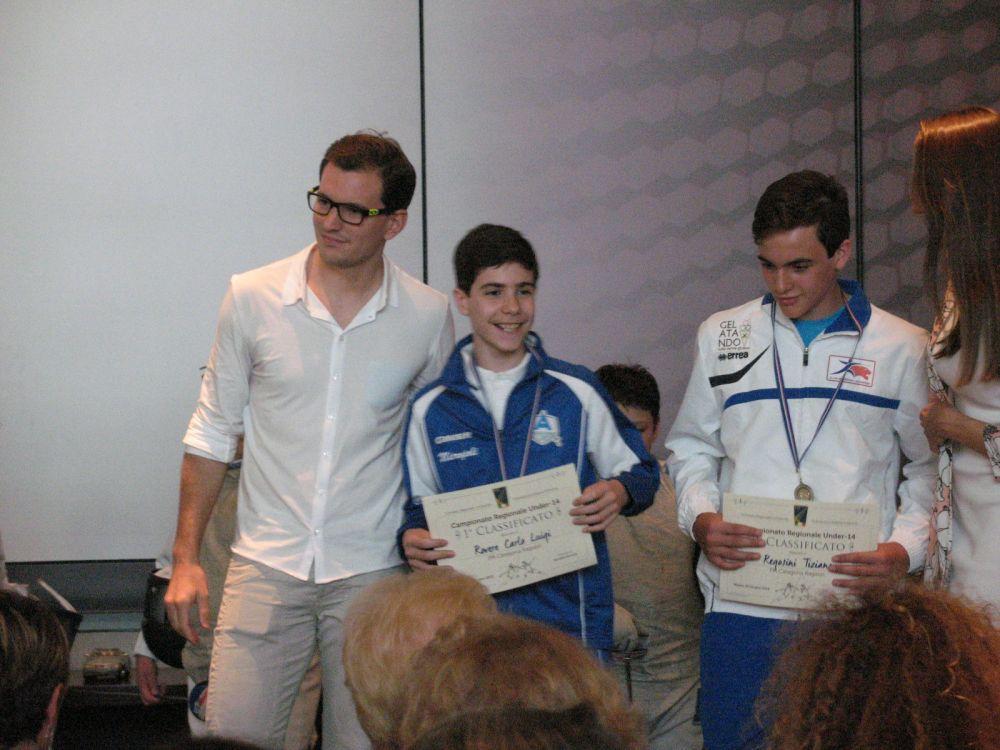 Carlo Luigi Rovere riceve il titolo di Campione regionale cat. ragazzi di fioretto da Martino Minuto